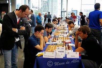 Coupe d'Europe des clubs d'échecs : Topalov regardant le duel Caruana-Karjakin du match Obiettivo vs. Malakhite