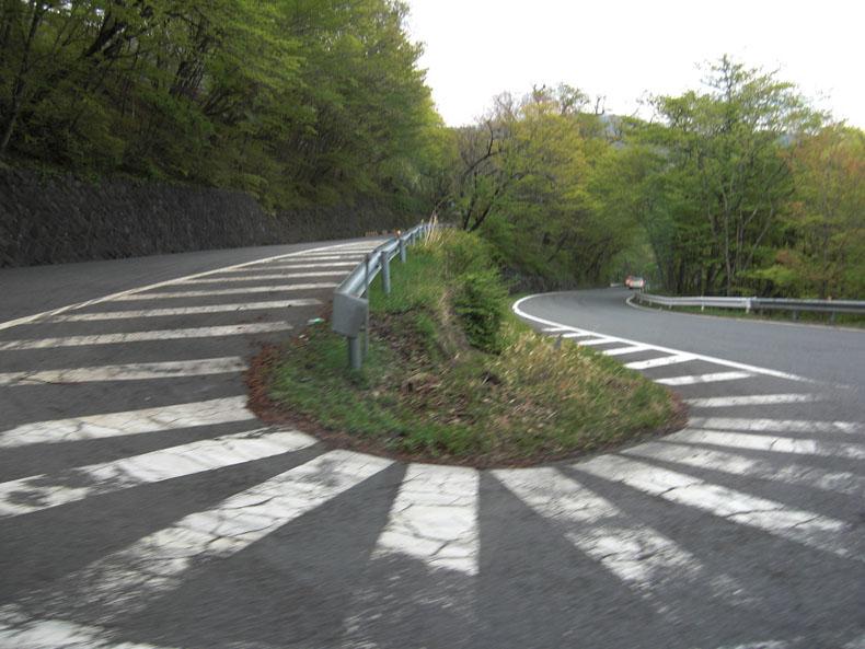 La sinuosa curvatura de la carretera Irohazaka Japón