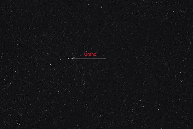 Urano sobre campo estelar.