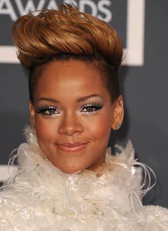 Rihanna Karamel Saç Rengi ve Rihanna Dikleştirilmiş Saç modeli