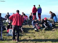 Esmorzant dalt del Turó de la Creu de Gurb. Autor: Club Esportiu Miraboira