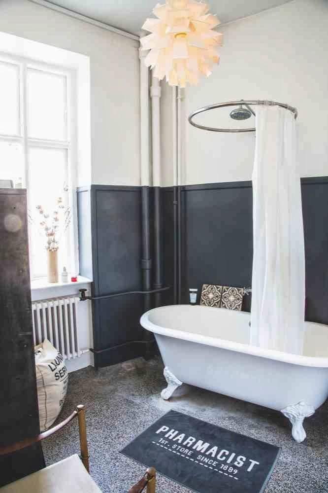 Wolnostojąca wanna, industrialna i surowa łazienka