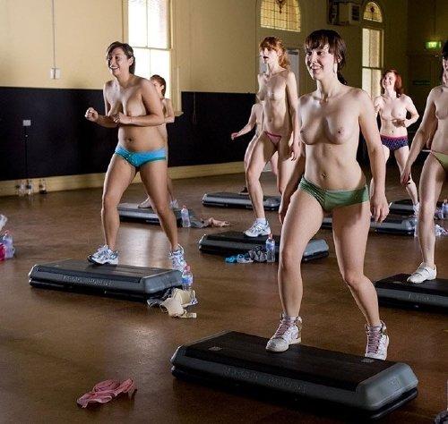 40 chicas lindas de cuerpos perfectos levantando pesas