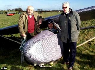 Jack Best y Bill Goldfinch con la réplica del planeador