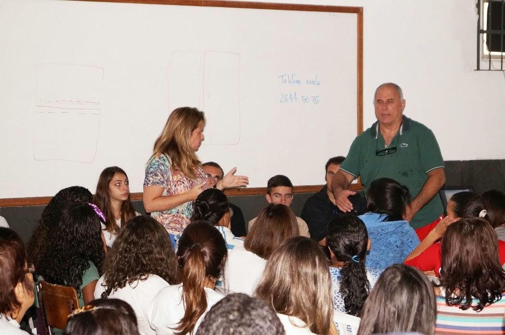 A diretora do Departamento de Educação da SME, Carla Rabelo, apresenta o professor Fernando Otávio