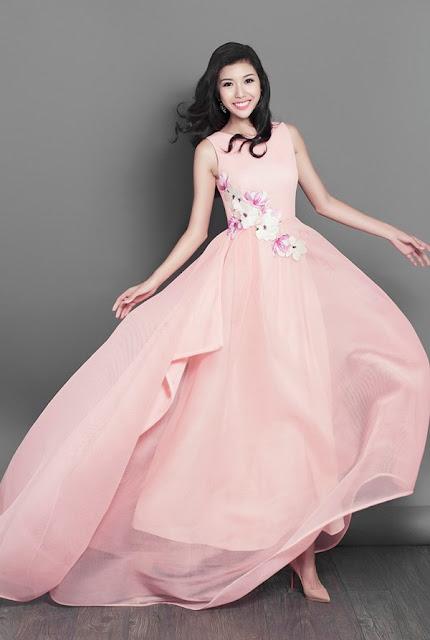 Một chiếc váy khác màu hồng nhẹ và cũng có cảm hứng từ hoa anh đào