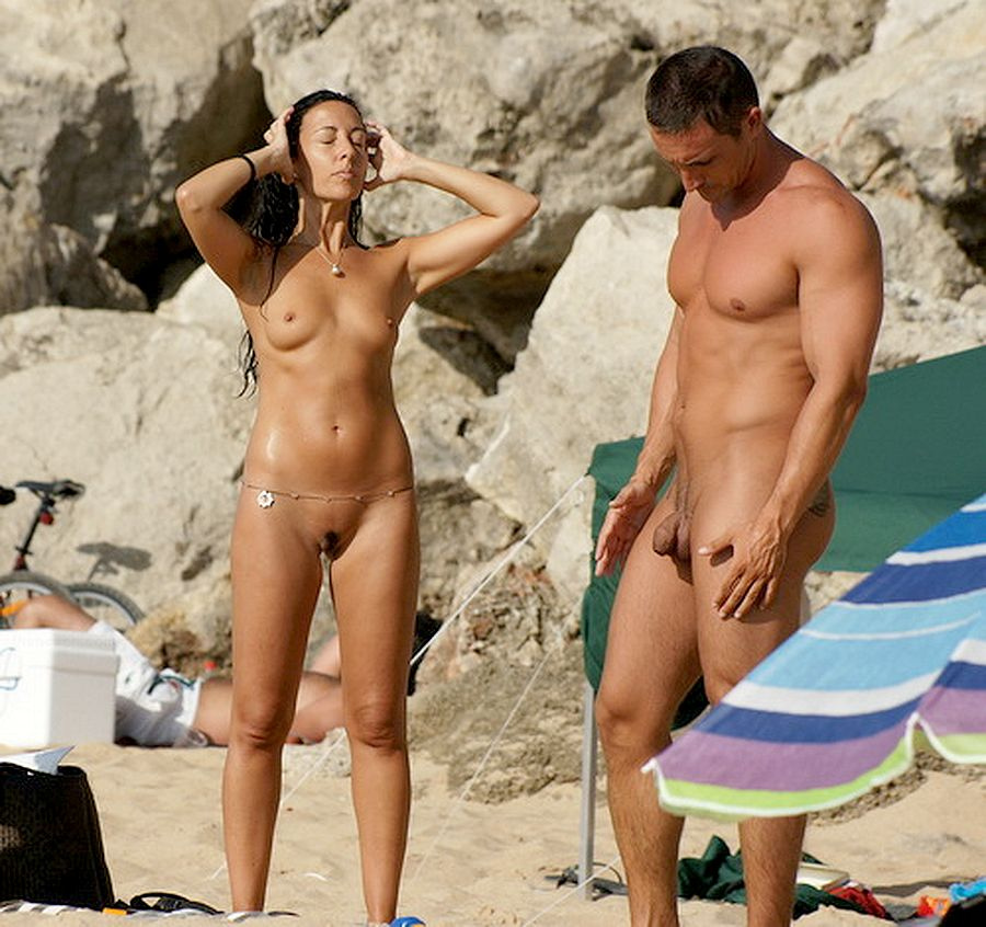 мужчины голые на пляже фото