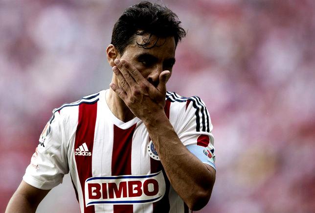 Omar Bravo no entregó el brazalete de capitán a Carlos Salcido.