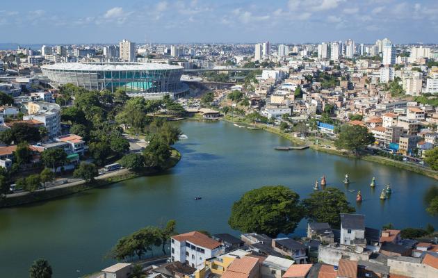 Foto da Arena Fonte Nova, em primeiro plano, Dique do Tororó