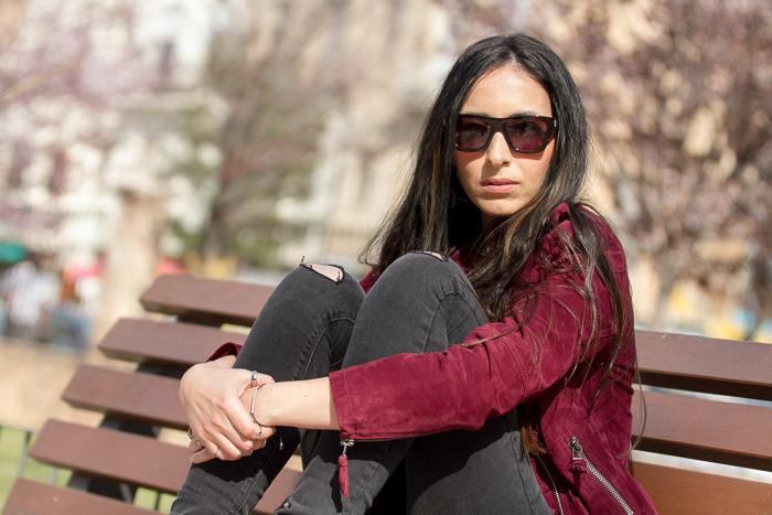 Blogger de moda y belleza valenciana con pantalones rotos y gafas de sol estilo futurista Saint Laurent