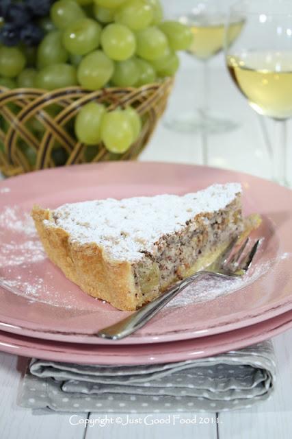 Tart s meringom, lješnjacima i grožđem