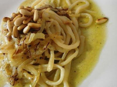 omaggio alla toscana: pici con salsetta di cipolle pepe zafferano e pecorino!