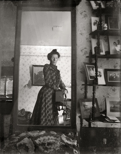 http://3.bp.blogspot.com/-yehwvDa2GZE/UoTRPt3FglI/AAAAAAAAs5E/CsIv2CODqaY/s640/Unidentified_woman_taking_her_own_photograph_using_a_mirror_and_a_box_camera,_roughly_1900.jpg