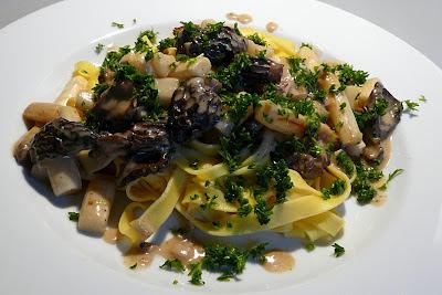 kulinarische welten zu fisch und meeresfrucht pasta mit wei em spargel und frischen morcheln. Black Bedroom Furniture Sets. Home Design Ideas
