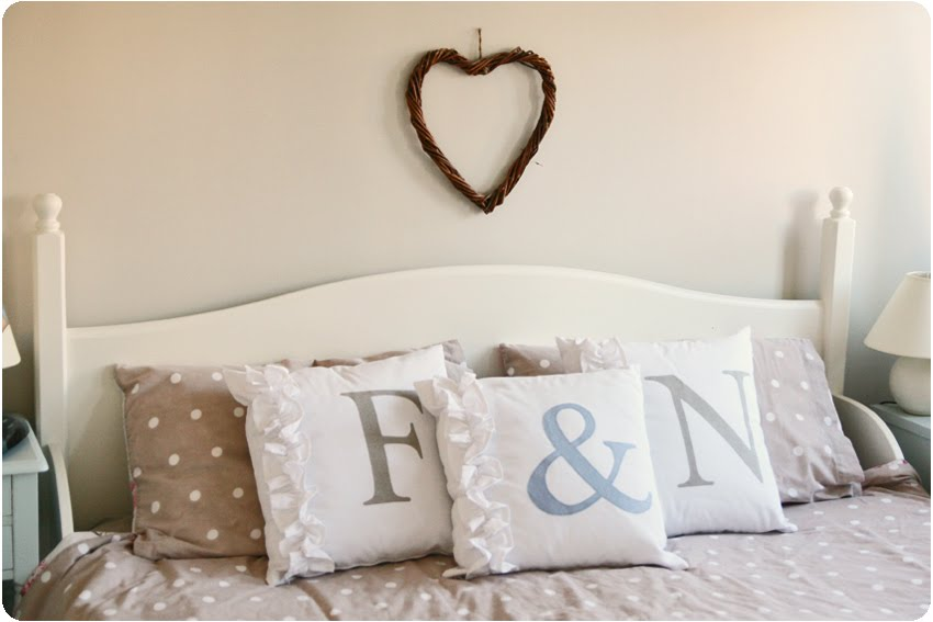Countrykitty a sunny bedroom - Cuscini decorativi letto ...