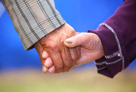 Nắp tay nhau cụ già