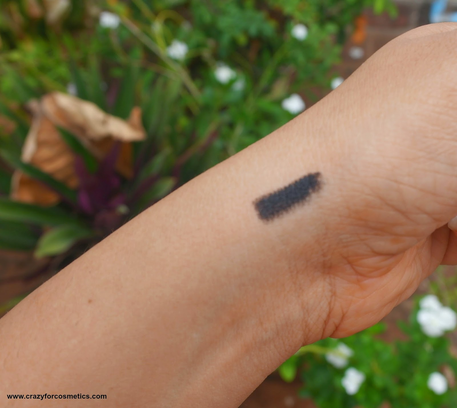 Swatches of Bourjois Paris Smoky effect pencil in Ultra Black 76