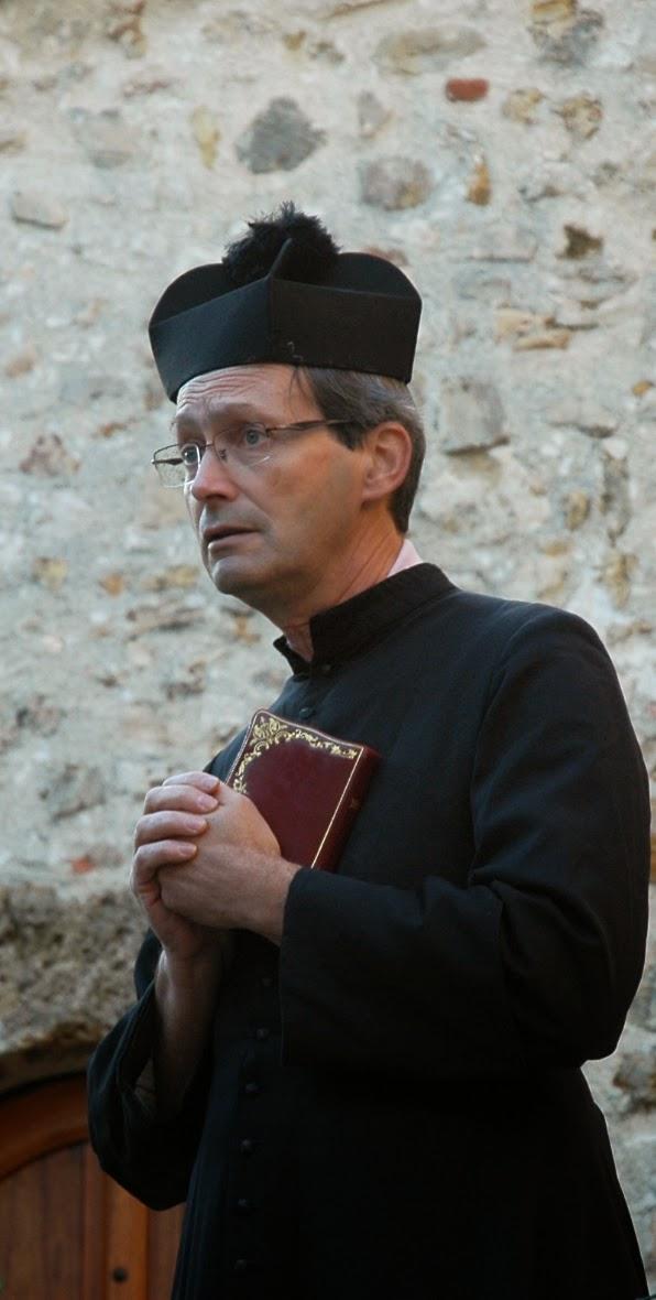 Le curé (Jean-Luc) : Ne me fais pas croire que Ta Volonté décide de la mort des innocents, Mon Dieu !