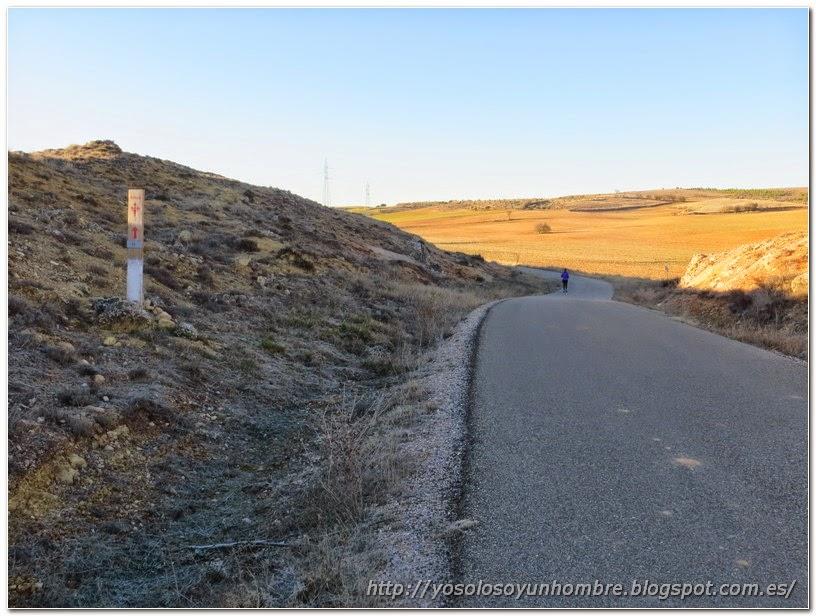 camino asfaltado con indicaciones del camino