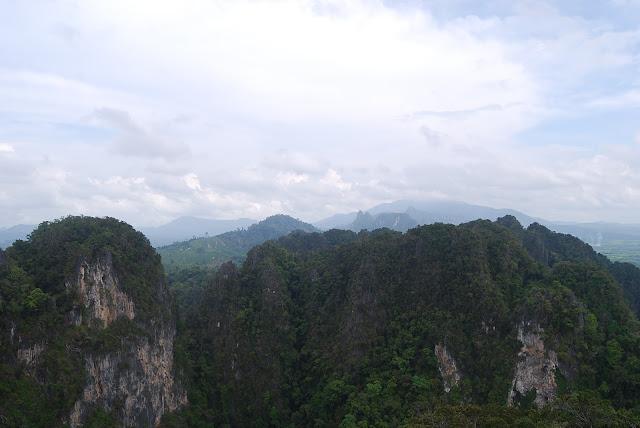 Вид с вершины холма в Tiger Cave Temple, Krabi, Thailand.