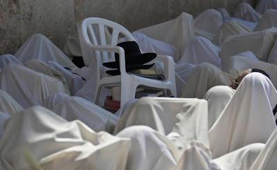متشددون يهود أثناء صلاتهم بجوار حائط البراق