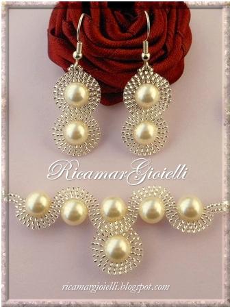 Collana ed Orecchini Infinito realizzati con perle 8 mm e decorati con una doppia onda in brick stitch di rocailles 15/0 a formare il simbolo dell'infinito
