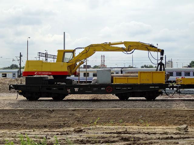 Koparka K-611 z Waryńskiego zamontowana na platformie z rodziny 401Z.