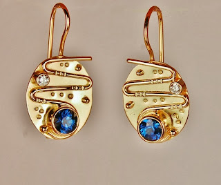 Oval 18k yellow gold earrings with blue sapphires and diamonds