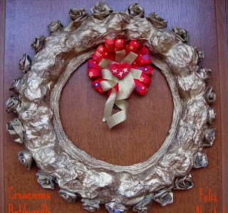 http://creacionesbatiburrillo.blogspot.com.es/2014/11/corona-navidena-de-papel-reciclado.html