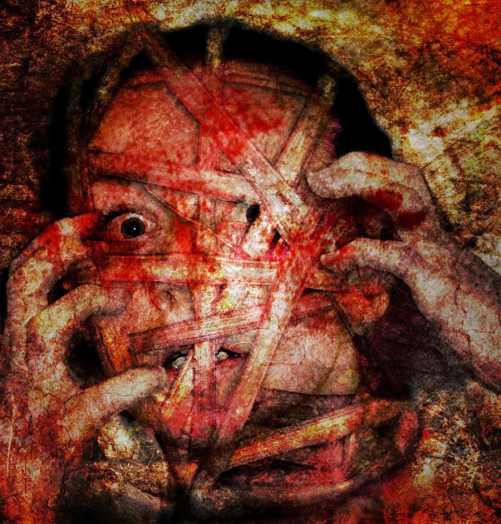 Imagen de rostro de mujer enloquecida envuelto en tiras con manchas rojizas