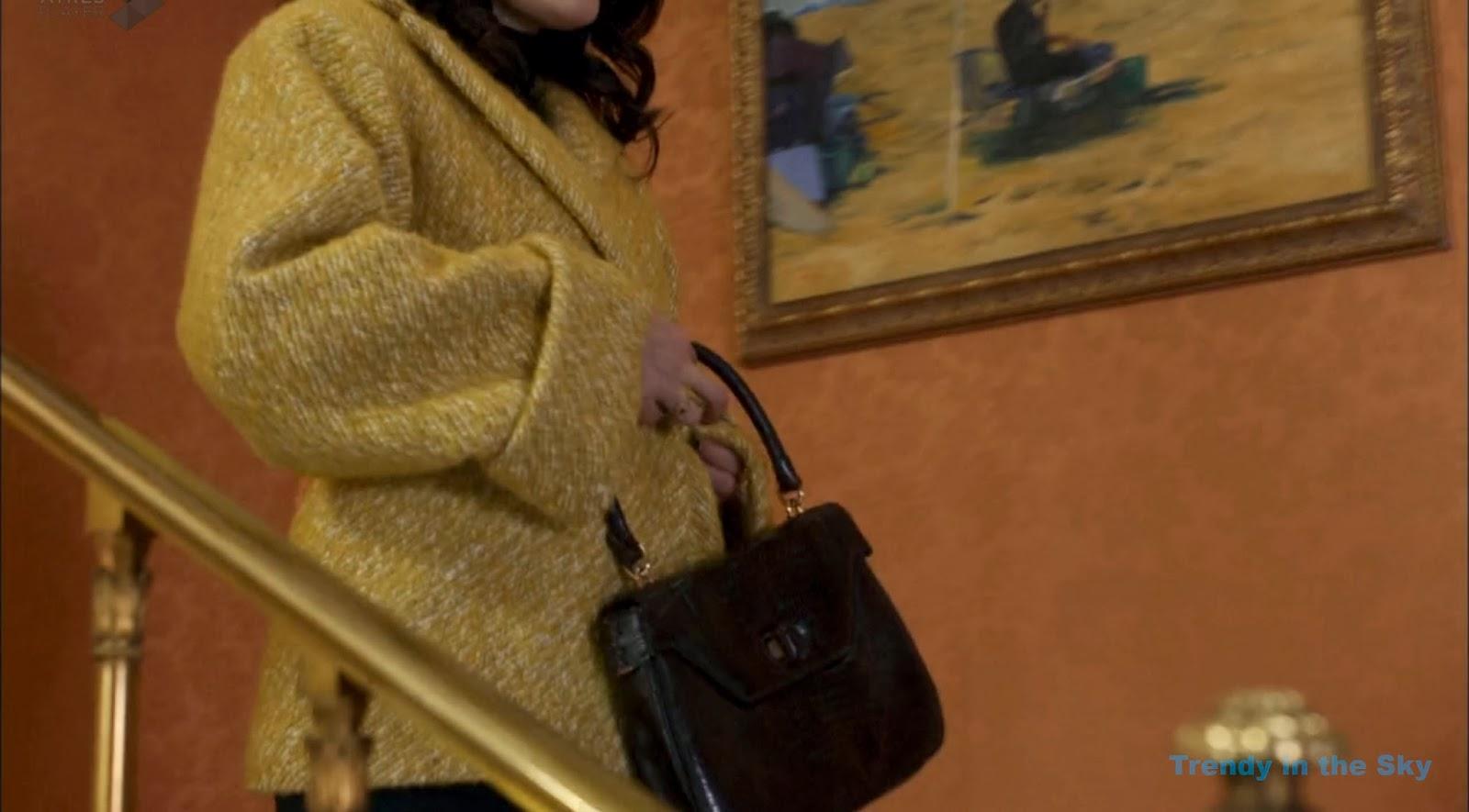 Sira Quiroga abrigo mostaza. El tiempo entre costuras. Capítulo 10