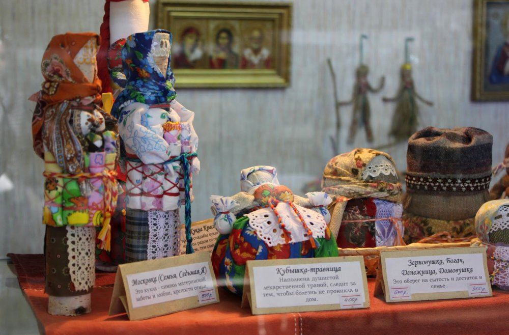 Дальше много фотографий.  На выставке были представлены разные различные виды рукоделия: игрушки, бисероплетение...