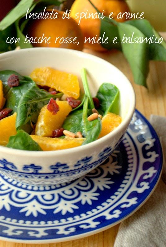 insalata di spinaci e arance, con bacche rosse, miele e aceto balsamico