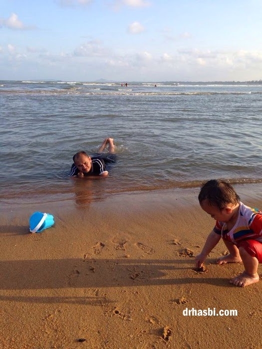 kanak-kanak suka mandi di Pantai Cherating