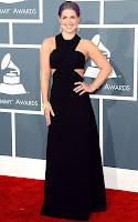 Кели Озбърн в дълга черна рокля на Paule Ka, високи токчета Brian Atwood, висящи обеци на H. Stern и ефектна гривна Purangaw - наградите Грами 2013