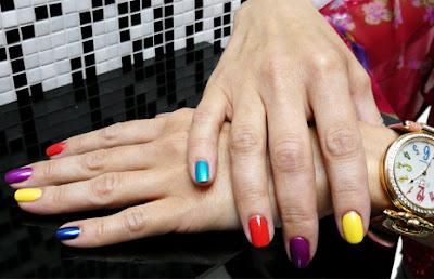 Другие фото маникюра в домашних условиях 2013 года Разноцветные ногти.  Все чаще на обложках...