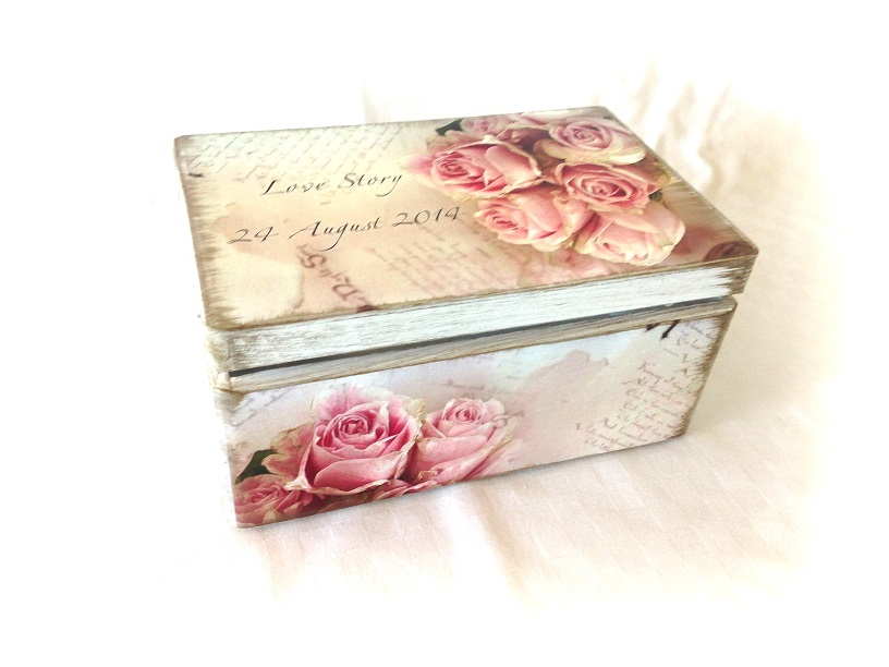http://le-cose-animate.blogspot.ro/2014/08/rose-story-shabby-wedding-box.html
