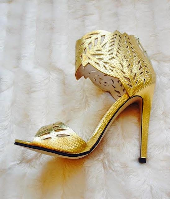 E hoje, no post de Shopping, partilho convosco umas sandálias lindas de morreeeeeer que descobri no site da Lipsy London. Dicas de Moda e Imagem no Blog de Moda Style Statement. Dourado. Estilo greco-romano. Tendências Primavera/Verão 2015. Blog de moda portugal, blogues de moda portugueses.