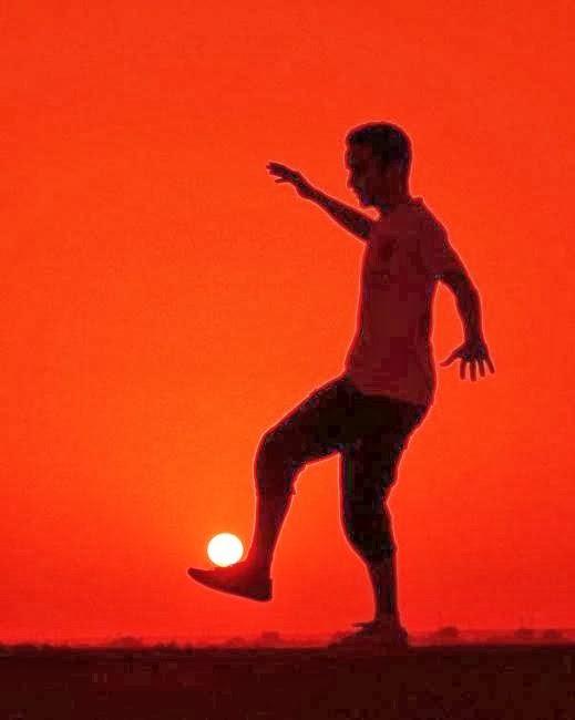 صور خداع بصرى رهيبة جداااا - رجل يلعب كره بالشمس - man play football sun