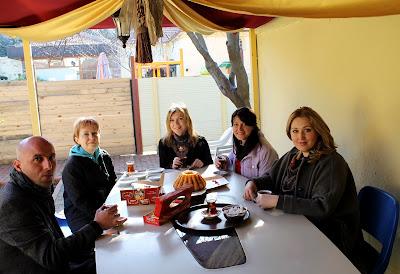 Непременная церемония перед каждым занятием Эбру - турецкое чаепитие. Терпкий аромат чая и неспешная беседа создают умиротворяющую атмосферу для прикосновения к тайнам искусства восточной живописи.