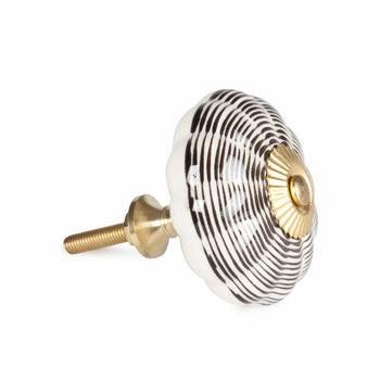 tirador de ceramica blanco con rallas negras y puntera metálica dorada