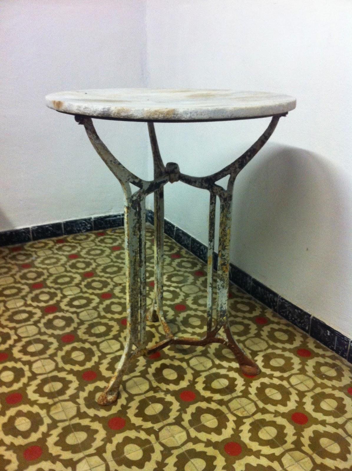 Decoraci n vintage antiguitats baraturantic antigua mesa for Mesa de terraza con quitasol