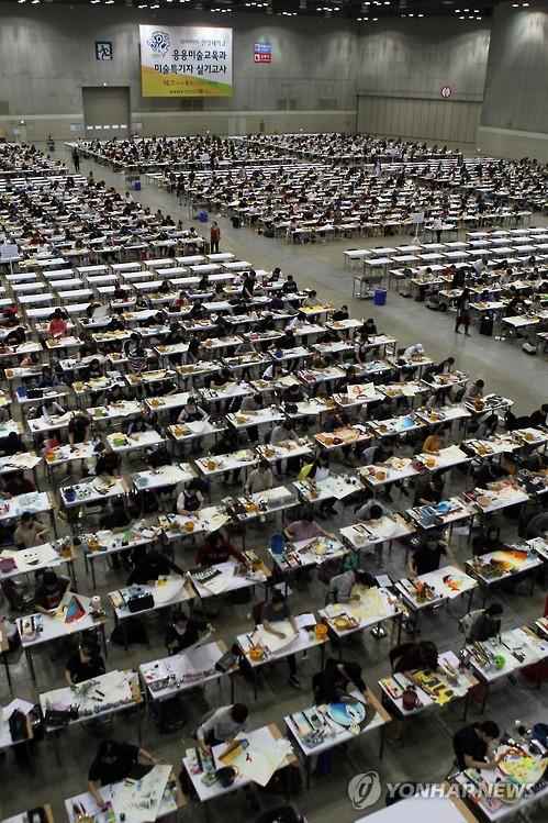 Coreanos haciendo un examen de ingreso a la Universidad de Arte de Hanyang en Seúl