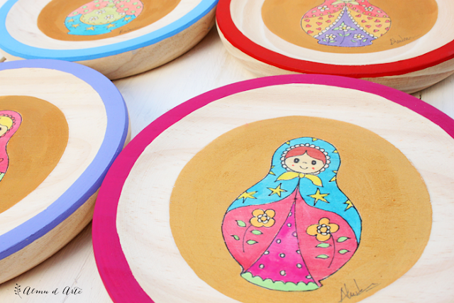 Serie de matrioskas pintadas sobre madera
