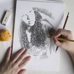 Artista desenhando sua foto em um caderno de desenho