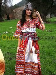 La robe kabyle a constamment fait lobjet de créativité dans la façon de mettre les dentelles ou Lahwaci, mais elle na jamais été modernisée au sens propre