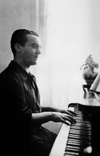 García Lorca al piano en la casa de su familia en Huerta de San Vicente (Ganada)