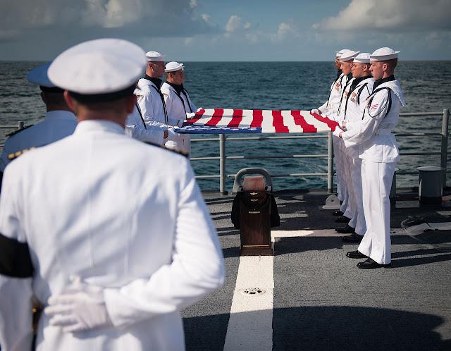 Tro hài cốt của Armstrong được hỏa táng và được rải xuống Đại Tây Dương trong một buổi lễ an táng trên tàu USS Philippine Sea (CG-58).  Tác giả : NASA/Bill Ingalls.