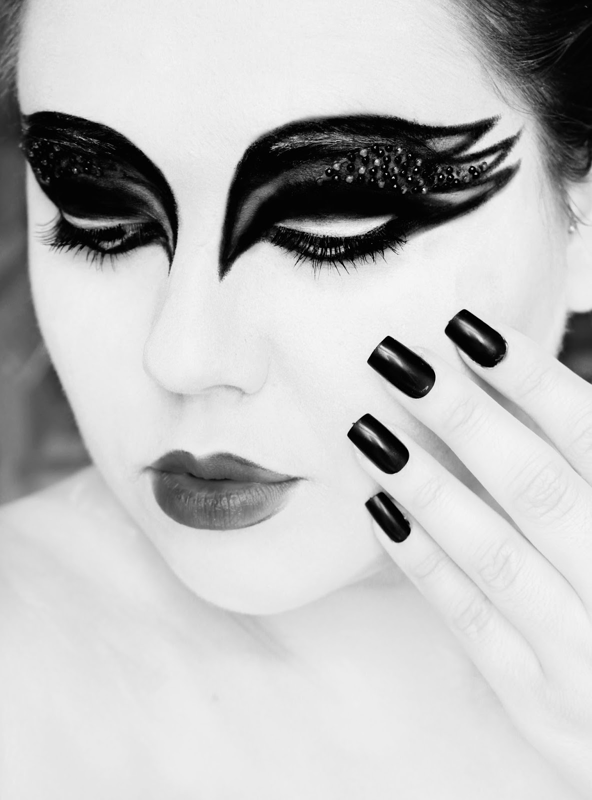 ... beauty, fashion and lifestyle blog: Black Swan Halloween Makeup Look