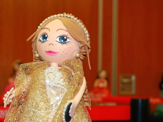 fofucha madrina boda regalo vestido dorado muñeca